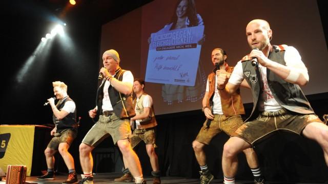 BRK: Animateure für den Aderlass: Die Band Voxxclub singt zu wummernden Bässen.