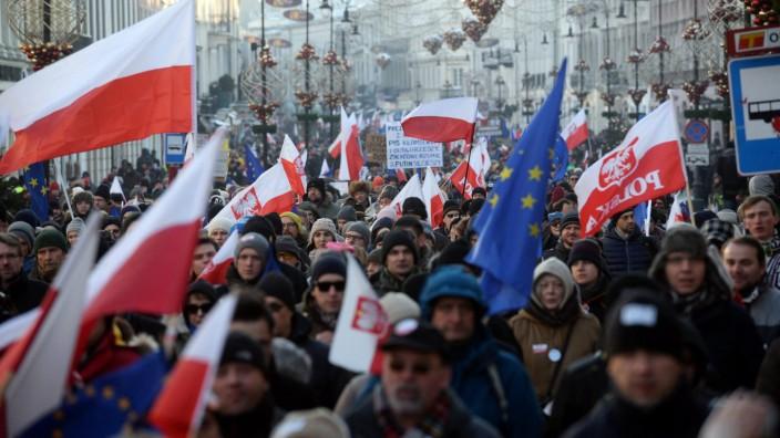 Demontranten in Warschau, Polen, protestieren gegen ein neues Polizeigesetz