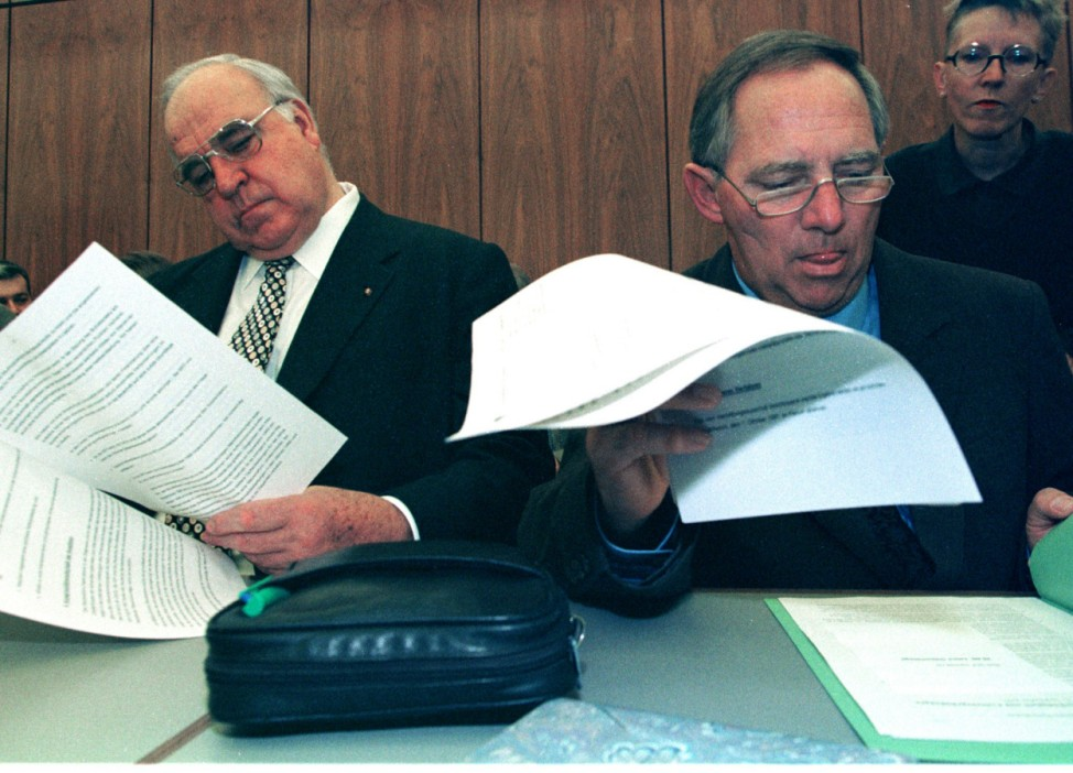 KOHL AND SCHAUBLE LOOK AT PAPERS AT PARTY MEETING IN BONN