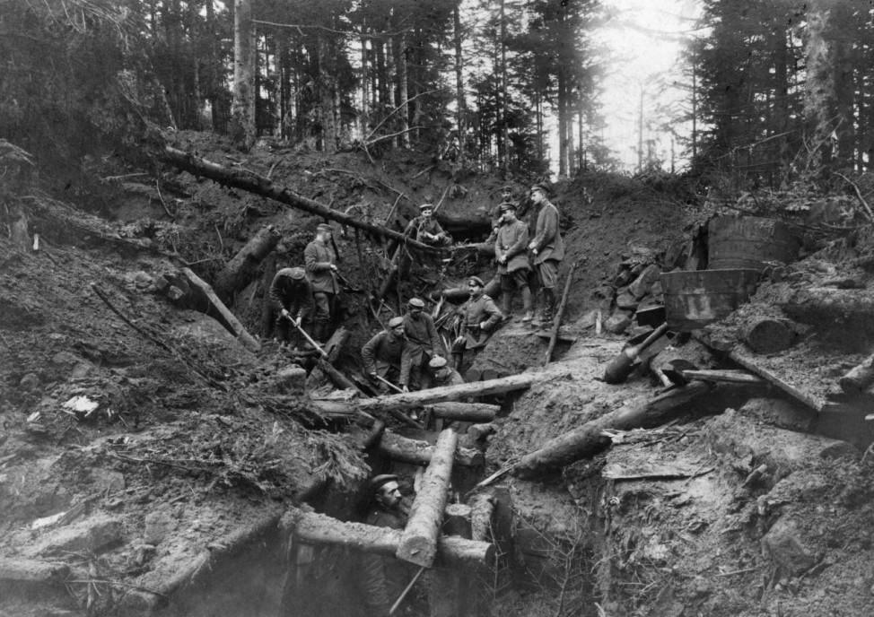 Deutsche Soldaten in einer eroberten französischen Stellung, 1916