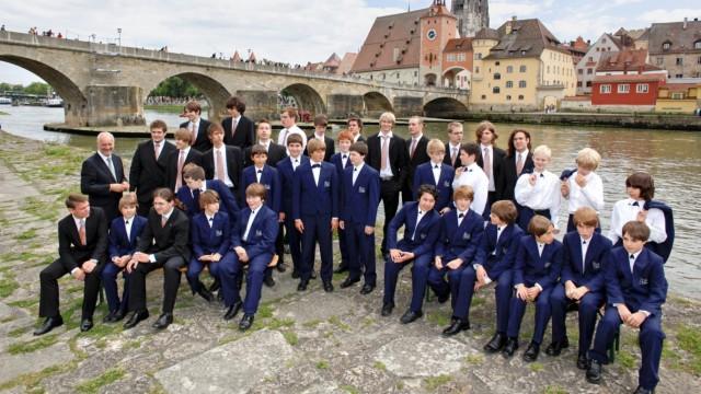 Regensburg: Kleine Männer in feinem Zwirn: die Spatzen vor ihrem Dom und der Steinernen Brücke, den Wahrzeichen Regensburgs.