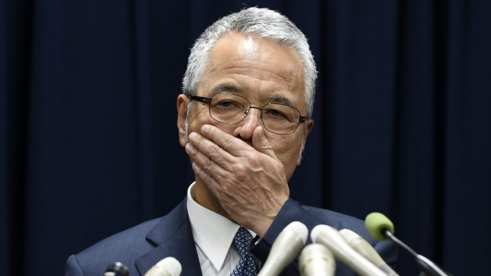 Japanese Economy Minister Akira Amari offers to step down over gr