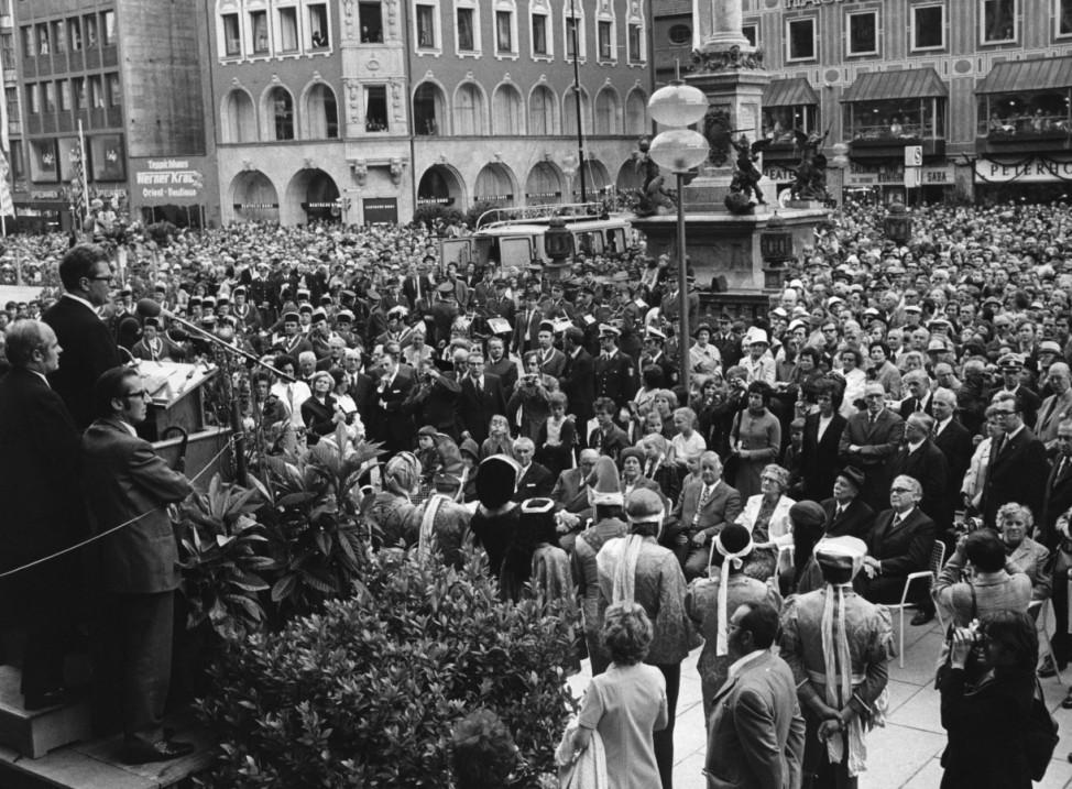 Hans-Jochen Vogel bei der Eröffnung der Münchner Fußgängerzone, 1972