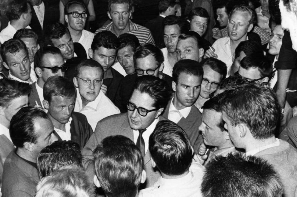 Hans-Jochen Vogel während der Schwabinger Krawalle in München, 1962