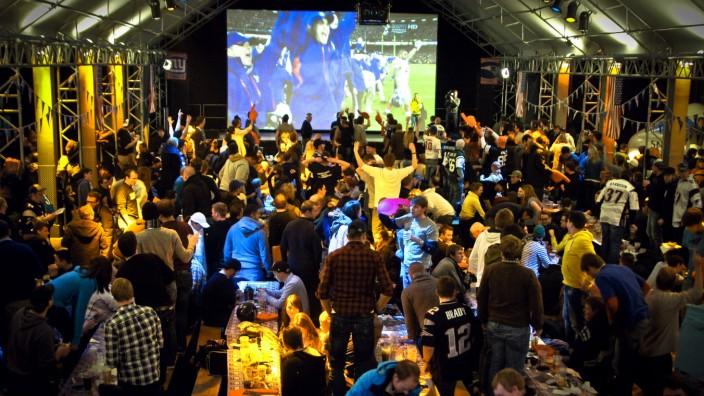 """Football: Auf einer """"Monster-XXL-Leinwand"""" wird das Endspiel in der Tonhalle gezeigt."""
