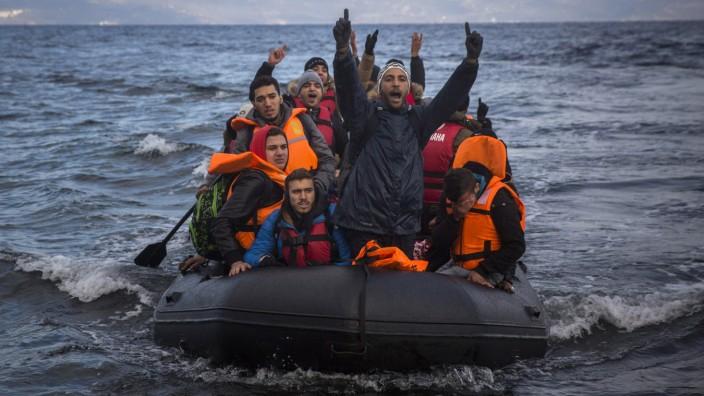 Griechenland: Migranten kommen an der Küste von Lesbos an.