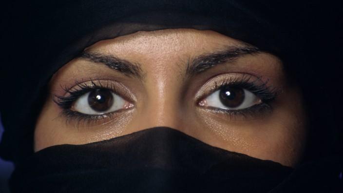 Religion und Schönheit: Kann Zupfen Sünde sein? Die Türkei streitet über Augenbrauen.