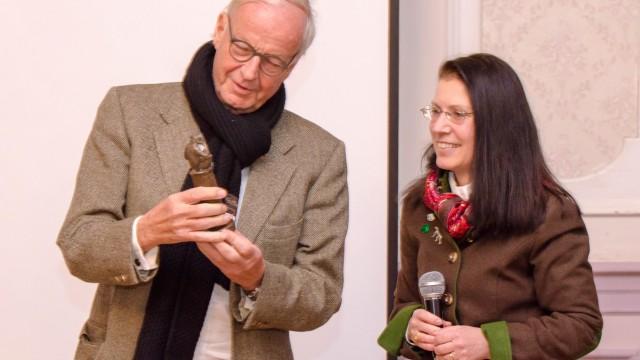 Münsing: Werner Döttinger freut sich über den Gabriel-von-Max-Denkmalpreis, den Ursula Scriba ihm soeben überreicht hat.