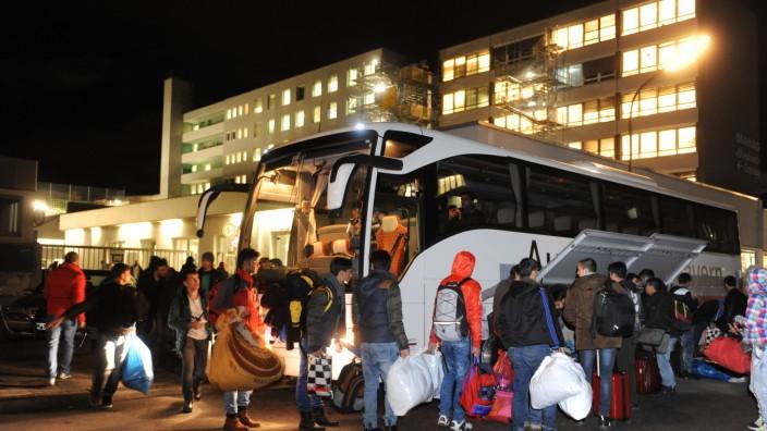 Unterbringung: Montagabend an der Karlstraße: Binnen kürzester Zeit müssen 200 Männer ihre Sachen packen und die dortige Unterkunft verlassen.
