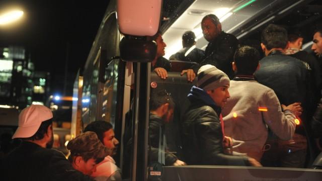Unterbringung: Mit Bussen werden die Flüchtlinge in den Münchner Norden gefahren.