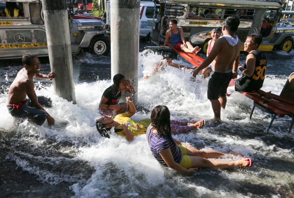 Busted water pipe causes flooding in Manila