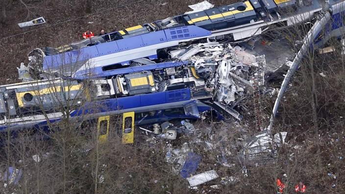 Versicherung: Bei dem Zugunglück kamen elf Menschen ums Leben, 83 wurden verletzt.
