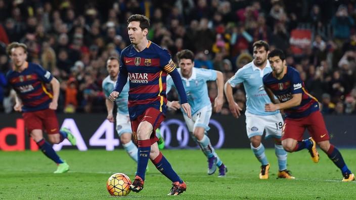 Spanischer Fußball: Lionel Messi beim Antritt zum Elfmeter