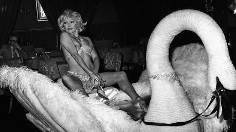 München in den 70er-Jahren: Geblieben sind heute die Fotos in Herbs Archiv, die er jetzt wieder herausgeholt und publiziert hat. Das Ergebnis ist einer der faszinierendsten München-Bildbände, die in jüngerer Zeit erschienen sind. Und so heute noch zu sehen, wie die Stripperin Magda Meyer auf dem Plüschschwan im Moulin Rouge voll im Einsatz ist. Alle Fotos: Al Herb