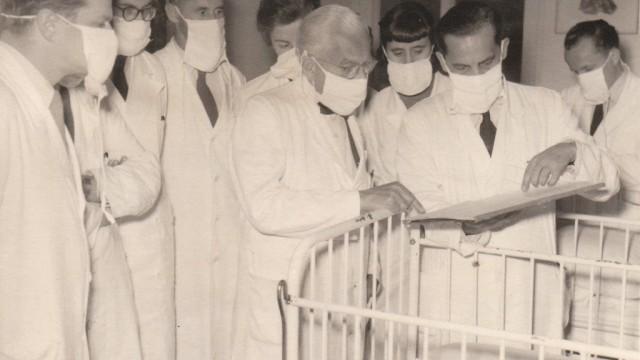 Erlangen: Nach dem Krieg konnte gleich weitergearbeitet werden, wie bei der Visite in der Kinderklinik 1954.