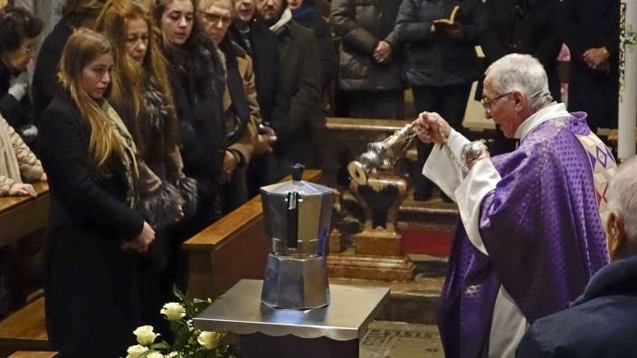 Italien: Der Geistliche Pietro Segato bei der Trauerfeier in Casale Corte Cerro.