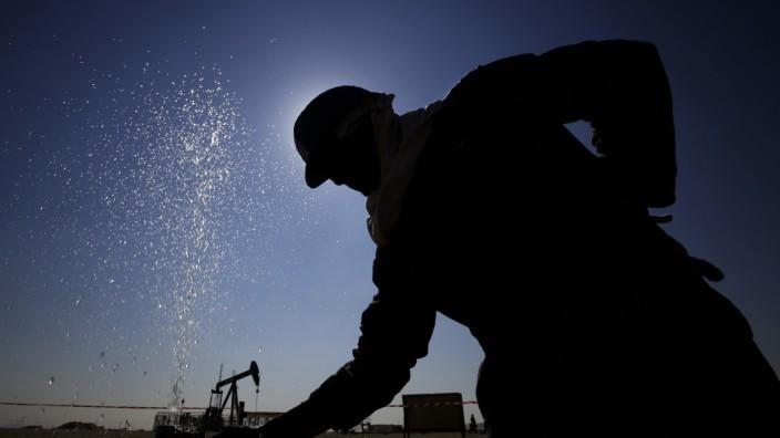 Rohöl: Öl wird wieder teurer. Ein Arbeiter in Bahrain (Archiv)