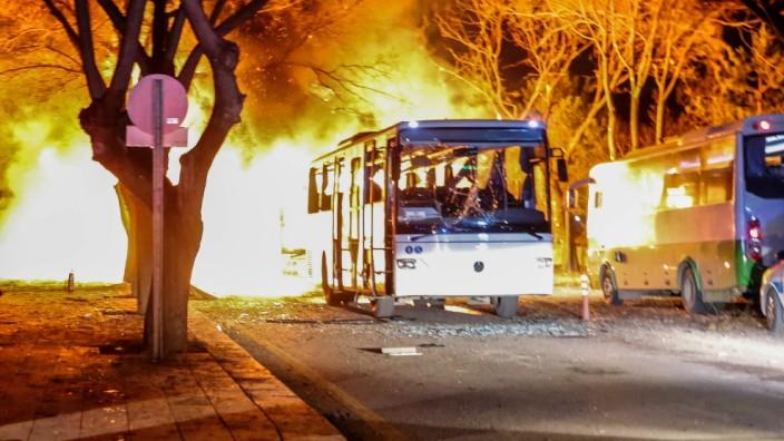 Brennender Bus nach Anschlag in Ankara