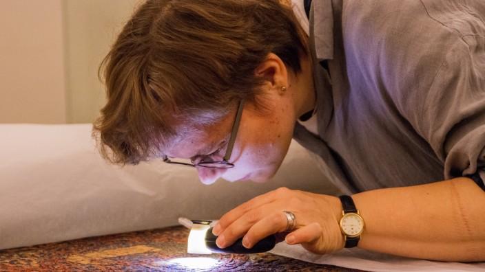 Bamberg: Die Forscher nehmen die alten Textilien ganz genau unter die Lupe.