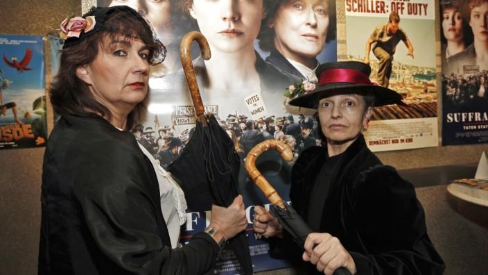 Internationaler Frauentag: Sybille Krafft (li.) und Assunta Tammelleo wollen in historischen Kostümen an die Vorkämpferinnen des Frauenwahlrechts Anfang des 20. Jahrhunderts erinnern.