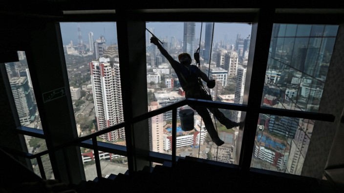 Cleaning skyscrapers in Mumbai