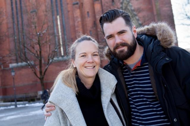 50/50-Paare, die sich die Zeit, die sie aufs Kind aufpassen aufteilen: Tina und Ben Eder vor der Maria-Hilf-Kirche