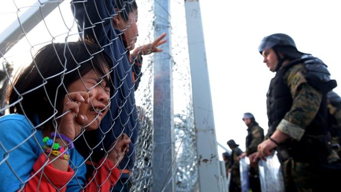 Migrants waiting at Macedonia-Greece border