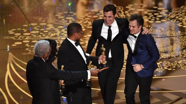 """""""Spotlight""""-Drehbuchautor Josh Singer (Mitte) und Darsteller Mark Ruffalo (rechts) auf der Bühne des Dolby-Theaters."""
