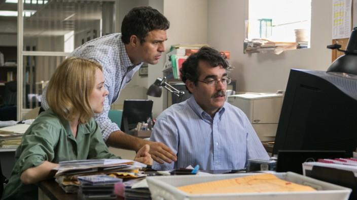 "Das ""Spotlight""-Team in Action: Sascha Pfeifer (Rachel McAdams), Michael Rezendes (Mark Ruffalo) und Matt Carroll (Brian d'Arcy, von links nach rechts) bei der Recherche."