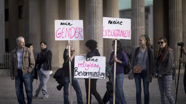 Internationaler Frauentag 8 Maerz DEU Deutschland Germany Berlin 08 03 205 Frau mit Plakat Kein