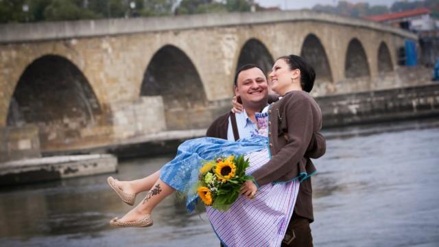 Haft: Sahak N. und seine Frau Irina vor der Steinernen Brücke in Regensburg. Inzwischen ist der Armenier zurück in Bayern, mit schweren Vorwürfen im Gepäck.