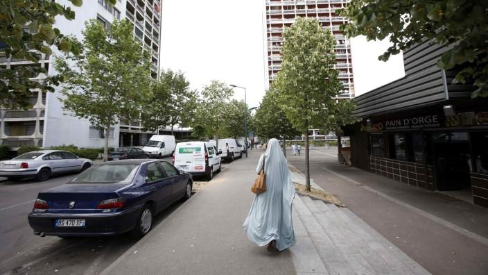 Muslima in einem Vorort von Paris