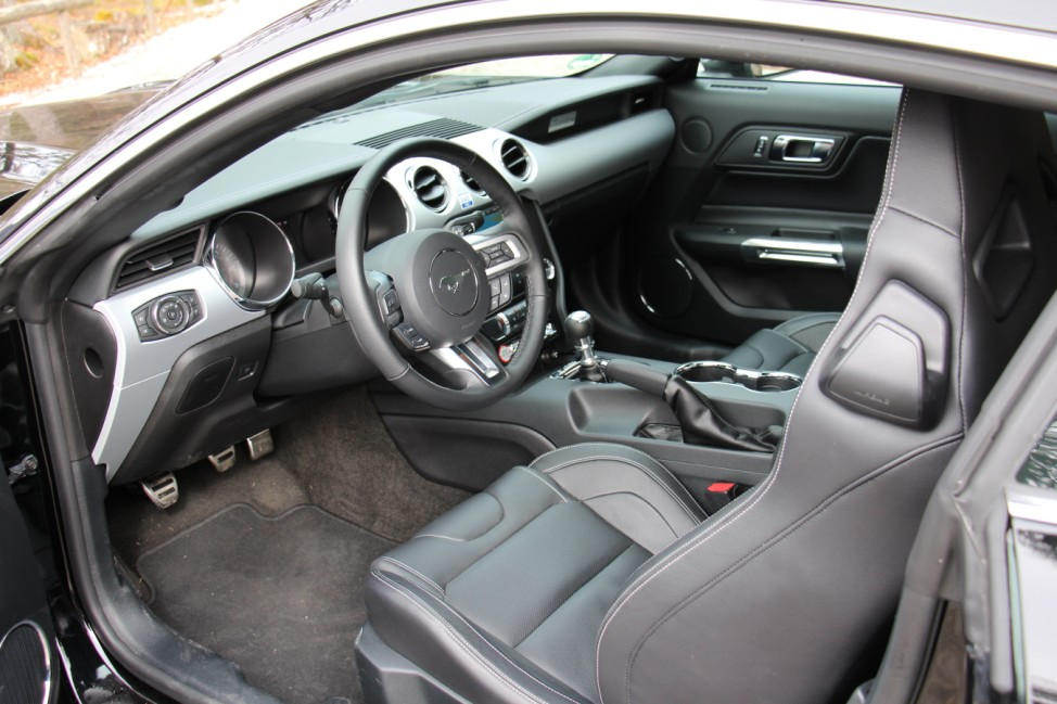 Der Innenraum des Ford Mustang 2.3 EcoBoost.