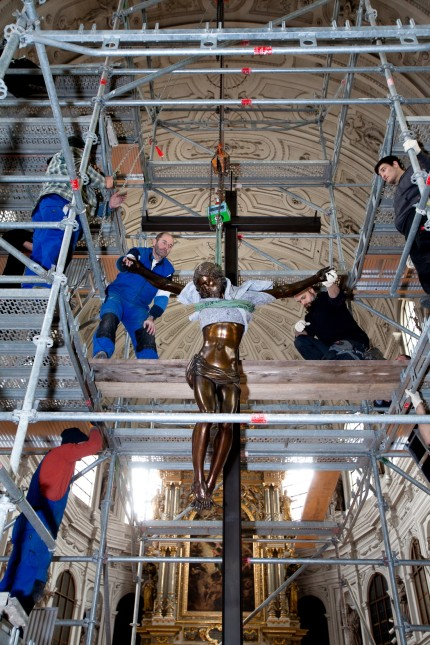 St. Michael, Jesus wird ans Kreuz genagel