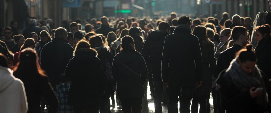anonyme Menschenmenge in der Fußgängerzone Hohe Straße im Gegenlicht Nordrhein Westfalen Deutschla