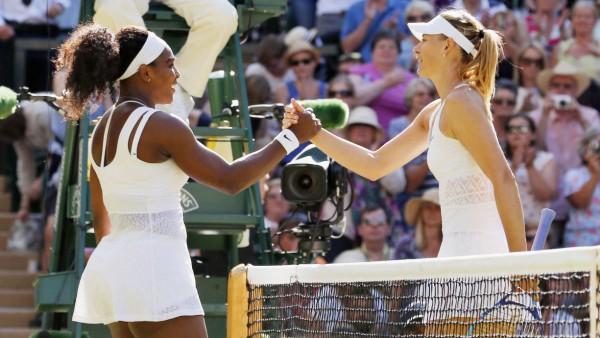 Maria Sharapowa gratuliert Serena Williams nach ihrem Sieg im Halbfinale von Wimbledon 2015.