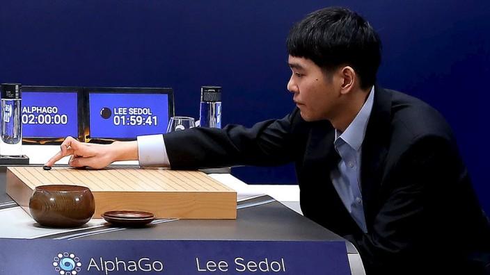 Netzkolumne: Lee Sedol beim Turnier 2016 gegen die künstliche Intelligenz AlphaGo.