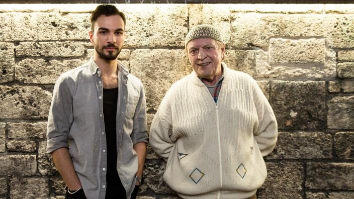 Regisseur Abdullah Karaca (links) und Fassbinder-Schauspieler Rudolf Waldemar Brem vor dem Volkstheater