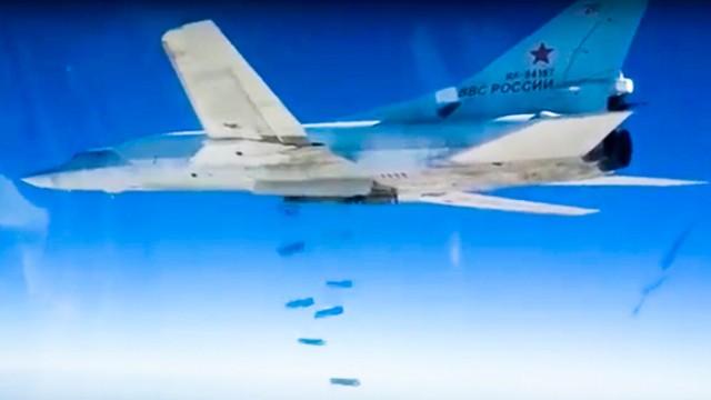 Fünf Jahre Bürgerkrieg: Ein russischer Tu-22M3-Bomber wirft seine Fracht über Syrien ab.