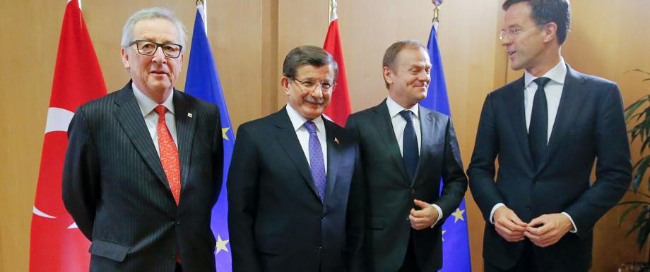 Gipfel in Brüssel: Ministerpräsident Ahmet Davutoğlu (2.v.l.) gibt sich gemeinsam mit den EU-Vertretern in Brüssel hoffnungsvoll.