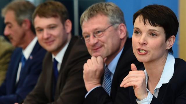 Nach den Landtagswahlen: AfD-Chefin Frauke Petry mit den erfolgreichen Kandidaten ihrer Partei bei den Landtagswahlen vor einer Woche.