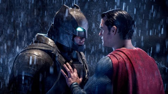 """30-jähriges Jubiläum von """"The Dark Knight Returns"""": Im Film """"Batman v Superman: Dawn of Justice"""" prügeln sich die beiden Superhelden-Superstars. Die Ikonografie wirkt nicht selten, als sei sie direkt dem Comic """"The Dark Knight Returns"""" entnommen."""