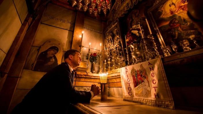Jerusalem: Am Heiligen Grab in der Jerusalemer Grabeskirche betete Markus Söder - einzig beäugt von einer Fotokamera.