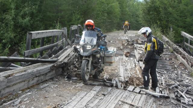 Abenteuer-Biker Wolfgang Klentzau auf einer Holzbrücke