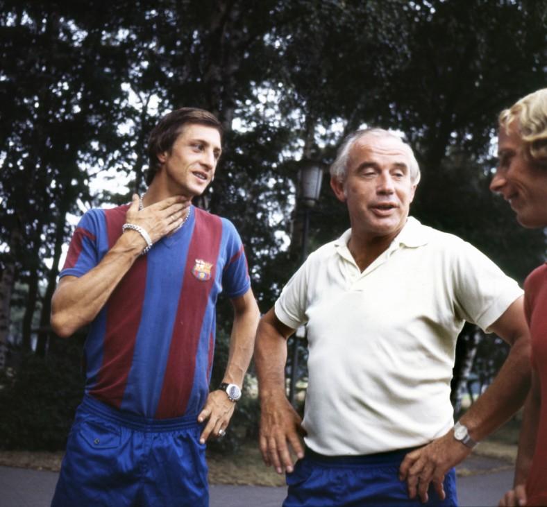 Trainingslager des FC Barcelona Barca in Duisburg Wedau Trainer Weisweiler Mitte und Johan Cruyff; Cruyff