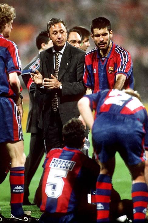 Trainer Johann Cruyff li und Josep Guardiola re im Gespräch mit dem am Boden sitzenden Gheorgh