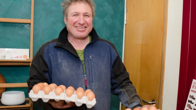 Kehrtwende in der Hühnerzucht: Bio-Bauer Nikolaus Mair verkauft die Eier im Hofladen.