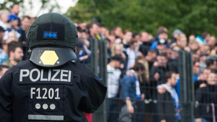 Polizei im Fussballstadion