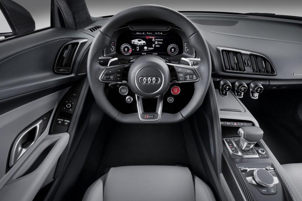 Das Cockpit des Audi R8 V10 plus.