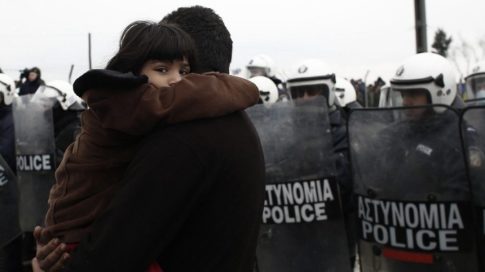 Migrants stuck at Greek-Macedonian border